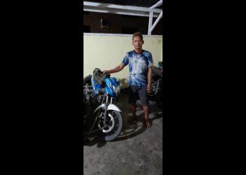 Pelaku Hotler Manalu dan barang bukti sepedamotor yang digunakan menjambret